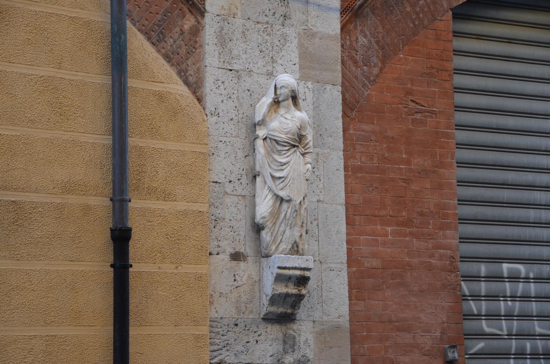 Donna Chinzica, reimpiego antico _ Via San. Martino (L. Corevi, Comune di Pisa)