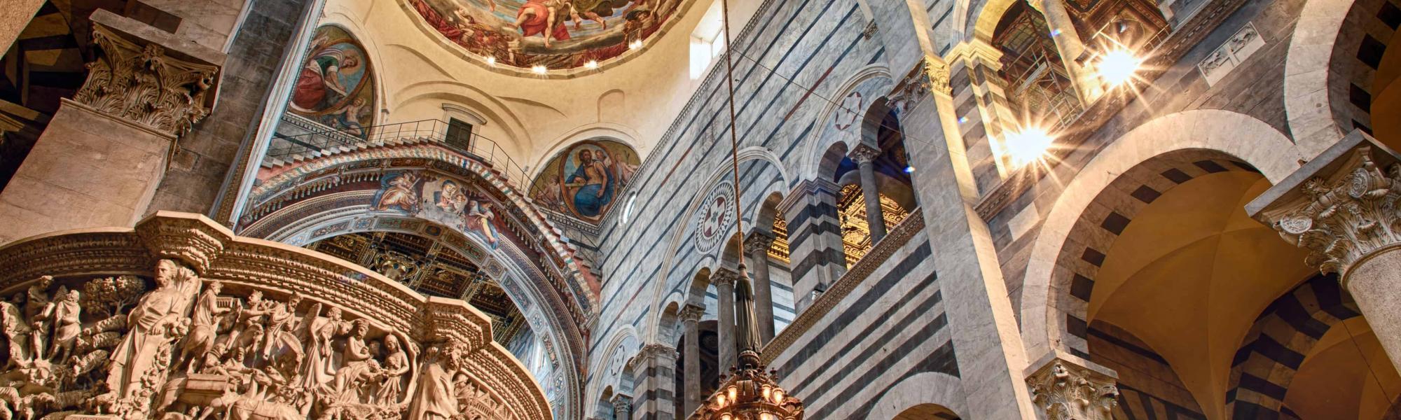 Pulpito, lampadario e cupola all'interno della cattedrale di Santa Maria Assunta (Opera Primaziale Pisana)