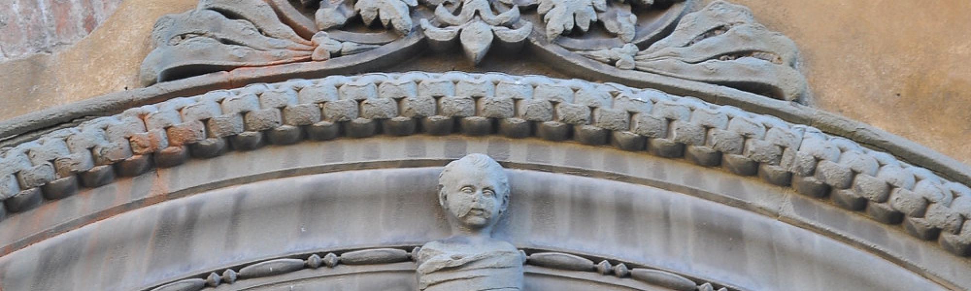 Bambino in fasce sopra il portale - Ospizio dei Trovatelli (F. Anichini)