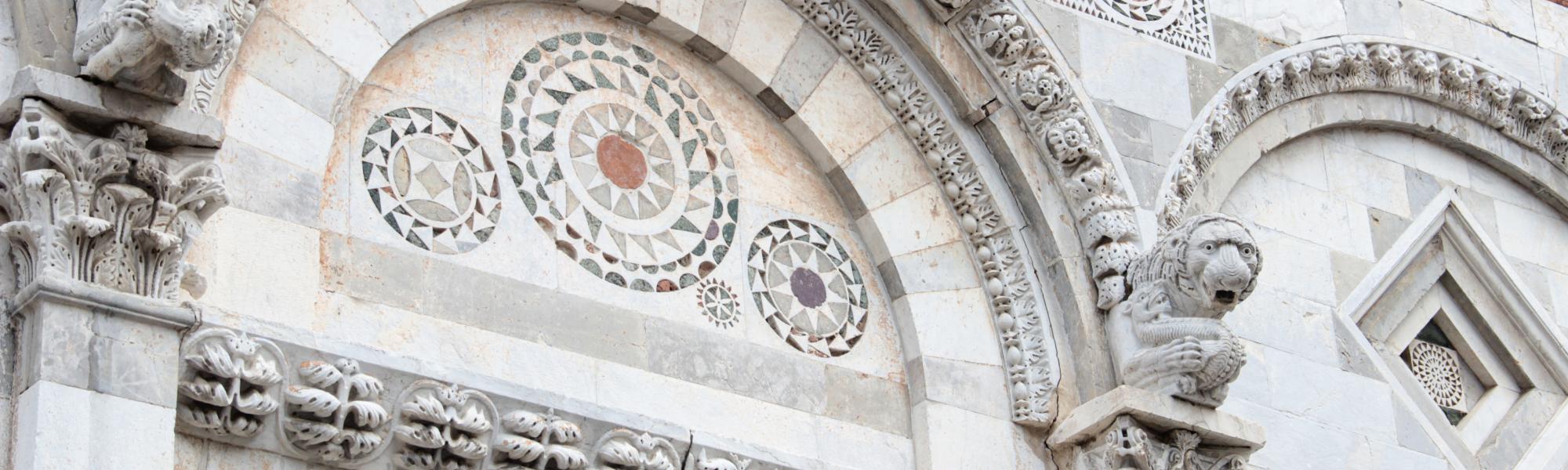 Particolare lunetta  intaglio marmoreo Portale Chiesa di San Paolo all'Orto (G. Bettini, Comune di Pisa)