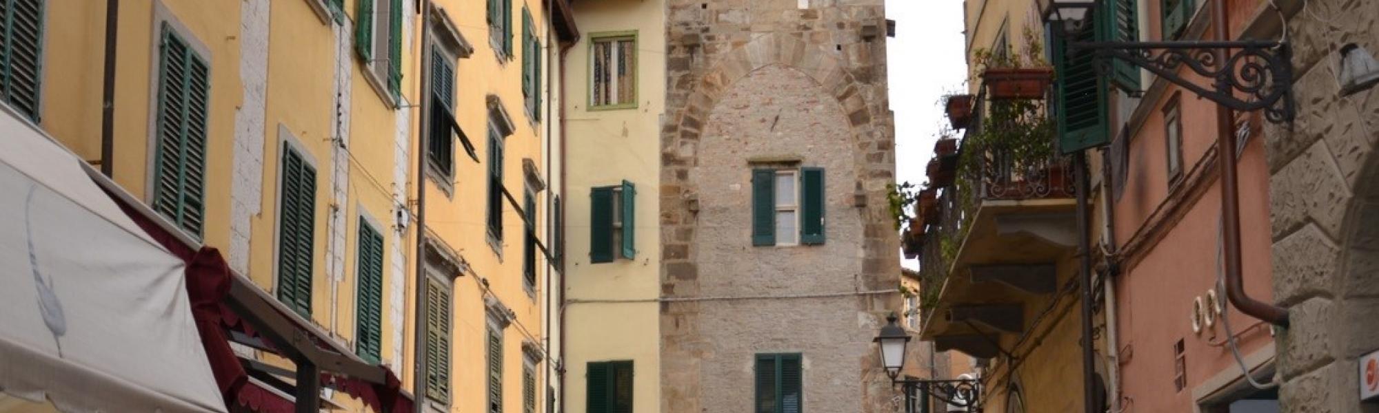ampano - Torre del Campano e altri edifici medievali (L. Corevi, Comune di Pisa)