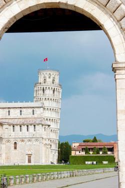 Veduta di Piazza del Duomo da Porta Nuova (G. Bettini, Comune di Pisa)