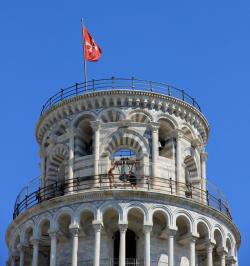 Torre di Pisa con la bandiera della città
