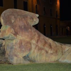 Statua di bronzo 'Agelo Caduto' dello scultore e pittore polacco Igor Mitoraj di fronte a Casa Dell'Opera (L. Corevi, Comune di Pisa)